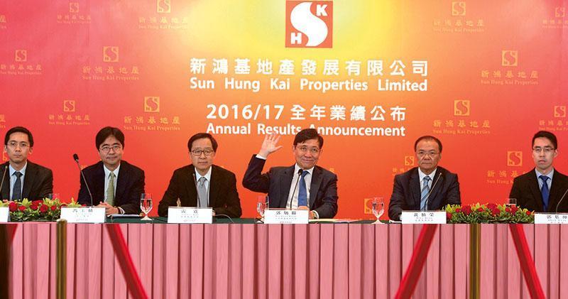 新鴻基地產主席郭炳聯(右三,舉手者)表示,集團對香港樓市持樂觀態度,並且會積極轉換農地。副董事總經理雷霆(左三)表示,在新一財政年度,新地的售樓目標為360億元,並且繼續保持貨如輪轉的營運策略。(劉焌陶攝)
