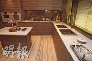 廚房配備全套高級品牌家電,包括德國品牌Gaggenau煤氣煮食爐及英國品牌Manhattan廚櫃等。(劉焌陶攝)