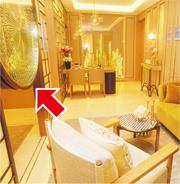 設計師改用金色支架分隔書房及客廳,中間設有圓形裝置(箭嘴示),內裏隱藏電視機。