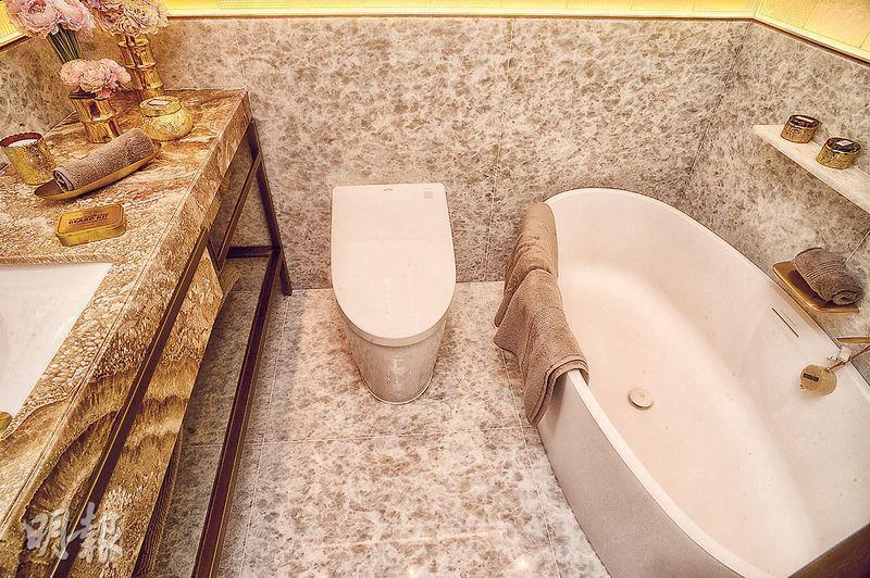 主人浴室配以淡黃色雲石洗手盆、浴缸及通風窗。