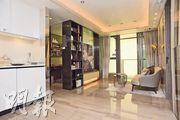 3房單位大廳面積約160方呎,外連露台,長方形格局方便放置家俬。