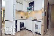 開放式廚房配有一系列歐洲品牌家電,設計師在吊櫃內加設拉下式層架,方便儲物。