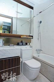 浴室以白色為主調,同時配備浴室寶,抽氣之餘亦有抽濕等功能。