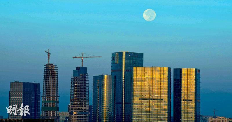 內地調控樓市加碼見效,一線城市在十一黃金周的成交數量大幅回落。圖為正在建設中的成都城市一角。(中新社)