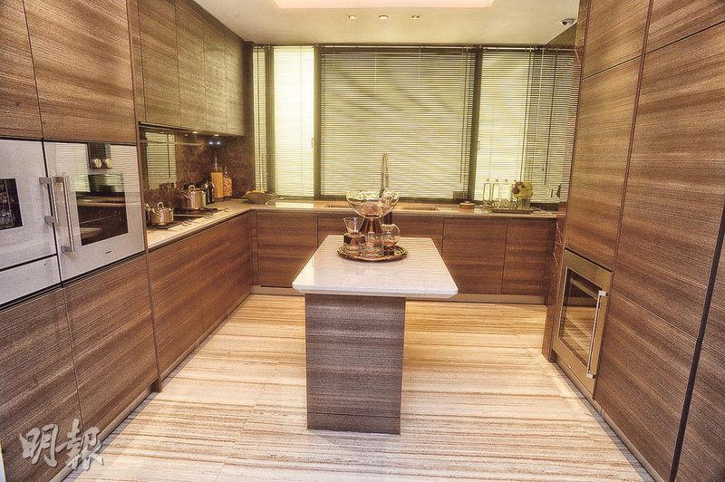 廚房設獨立工作枱,內設儲物房連洗手間,各式家電齊備。