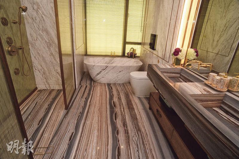 主人浴室以雲石鋪砌,配以特大原件雲石浴缸,裝潢高貴。