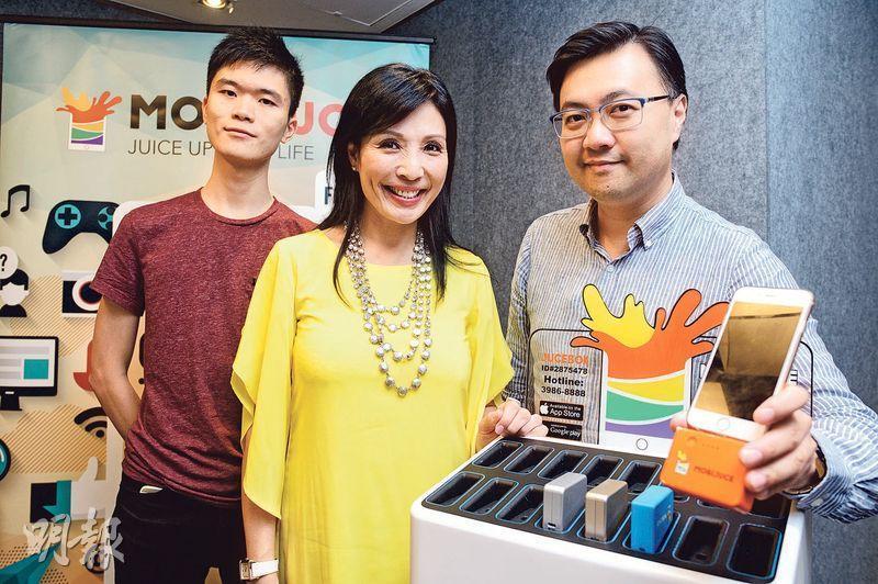 MOBIJUCE執行總監黃靖葦(中)認為,香港人流密集,商店和智能手機用戶量多,產生的數據量大,將來公司可靠數據分析和廣告擴闊收入來源,所以選擇香港作為首個試點,單單在港項目已投資逾千萬元發展。旁為市場成長魔術師洛凡(左)及公司營運及市場總監袁念祖(右)。(鍾林枝攝)