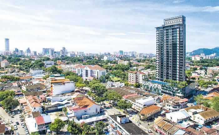 近年發展商投地建新樓盤,令檳城愈來愈都市化,新式住宅大廈隨處可見,例如位於喬治市的Moulmein Rise Luxury Suites(圖右最高大廈)。(網上圖片)
