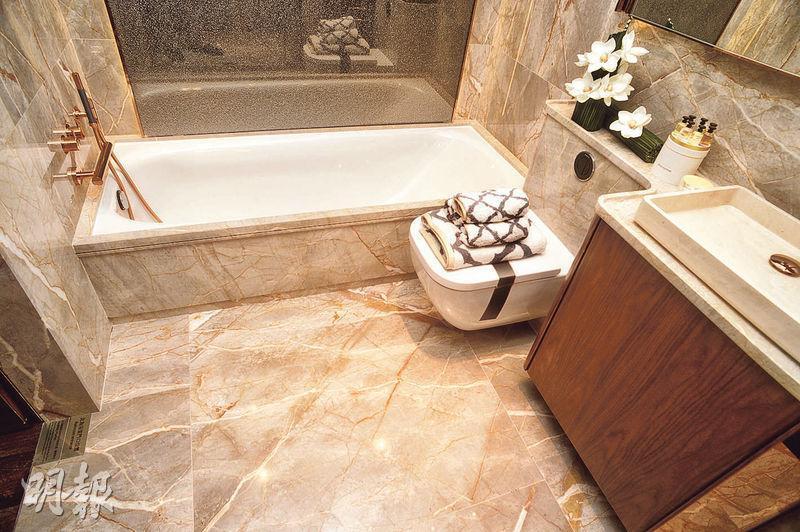主人浴室採「四件頭」設計,兼備浴缸及淋浴間。