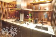 大門左方為廚房,放置金屬廚櫃及歐洲品牌家電。
