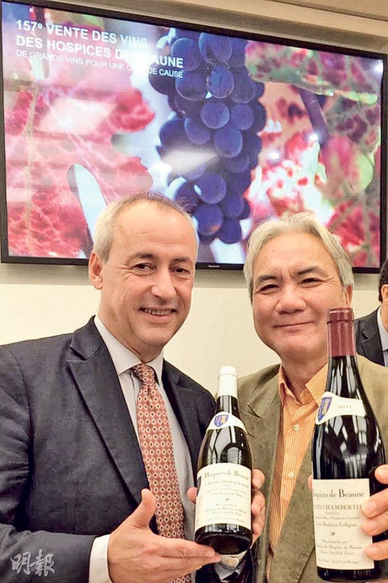 意想不到在博納濟貧院紅酒拍賣記者招待會上,和勃艮第紅酒世家Albert Bichot酒莊的老闆Alberic重逢,大家當然要和頂級葡萄園出產的Corton-Charlemagne和Mazis-Chambertin拍照留念啦。