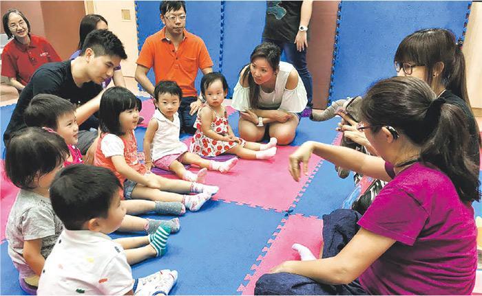 語橋社資定期舉辦手語雙語班,幼兒至成人都可參與,透過活動輕鬆學習手語生字。圖為家長帶同小朋友參加手語雙語班。(受訪者提供)