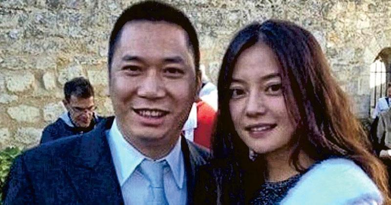 內地影星趙薇(右)及其丈夫黃有龍(左)在2016年底以「刀仔鋸大樹」方式收購A股上市公司萬家文化,遭中證監裁定信息披露違規,勒令二人5年內不能買賣A股。