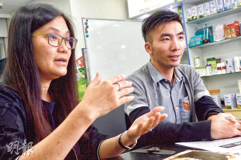 卓維企業銷售總監孔玉婷(左)和產品設計師楊見昇(右)透露,公司未來健身儀器的設計方向,離不開體積小、輕巧、可摺疊、被動式運動、配合智能手機使用,以及遊戲化等原則。(劉焌陶攝)