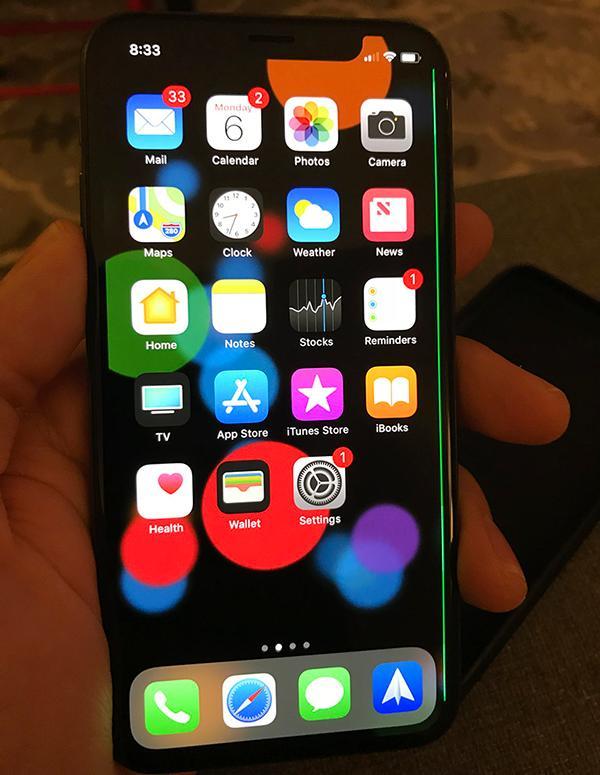 有iPhone X用戶發現,電話熒幕邊緣無故出現綠色線條。 (Mac Rumors圖片)