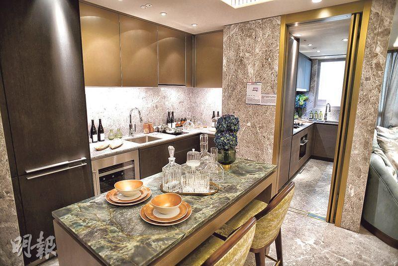 新地南昌站匯璽II昨開放4房雙套的示範單位,以5A座38樓A室為藍本,單位除有傳統廚房外,亦設有開放式廚房,前方備有用餐區。(蘇智鑫攝)
