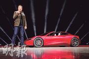 Tesla昨日公開超級電動跑車「Roadster 2」,由靜止加速至時速近100公里只需1.9秒,將會是全球加速最快的量產汽車。圖左為總裁馬斯克。(路透社)