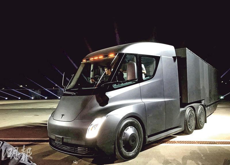 全電動半掛式拖頭,車頭外形像子彈火車,整流罩可讓拖頭和後面拖拽的貨櫃連接起來。