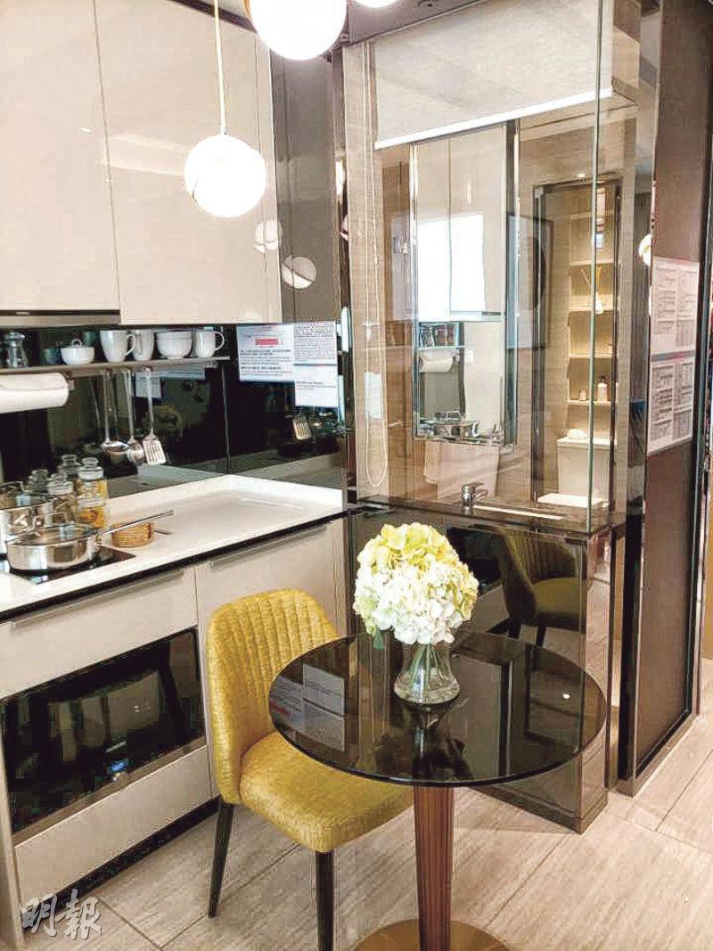 匯璽II開放實用面積272方呎開放式戶,最大特點是浴室和大廳之間以玻璃分隔,以增加室內通透感,同類設計於一期亦有出現。