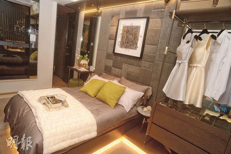 睡房有足夠空間放置雙人牀、衣櫃及書枱,另連接工作平台。(攝影 劉焌陶)