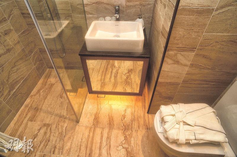 浴室設有淋浴間,洗衣乾衣機裝嵌在玻璃鏡櫃內。(攝影 劉焌陶)