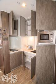 開放式廚房備有多個儲物櫃,方便收納雜物,並配備了一系列名牌家電。(攝影 劉焌陶)