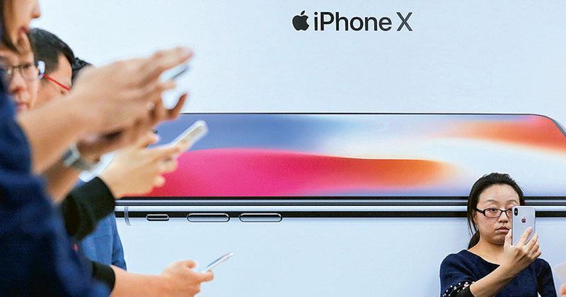 昨日有報道指,iPhone供應鏈企業傳出,蘋果將iPhone X明年首季銷量預期大幅下調四成,減幅超過預期。昨日台股和A股的蘋果供應鏈股份應聲下挫。(資料圖片)