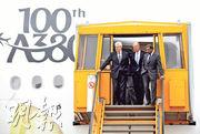 空巴與阿聯酋航空就A380客機新訂單的協議料難達成,A380或面臨停產。圖左為空巴行政總裁Tom Enders,右為阿聯酋航空董事長Sheikh Ahmed bin Saeed Al Maktoum(右)。(資料圖片)