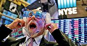 美股屢破頂,三大指數在本年最後一個交易日報跌,亦無阻全年出色的表現,標普及道指全年升幅分別為19%及25%。圖為紐交所交易員配戴「2018」眼鏡迎接新年。(路透社)