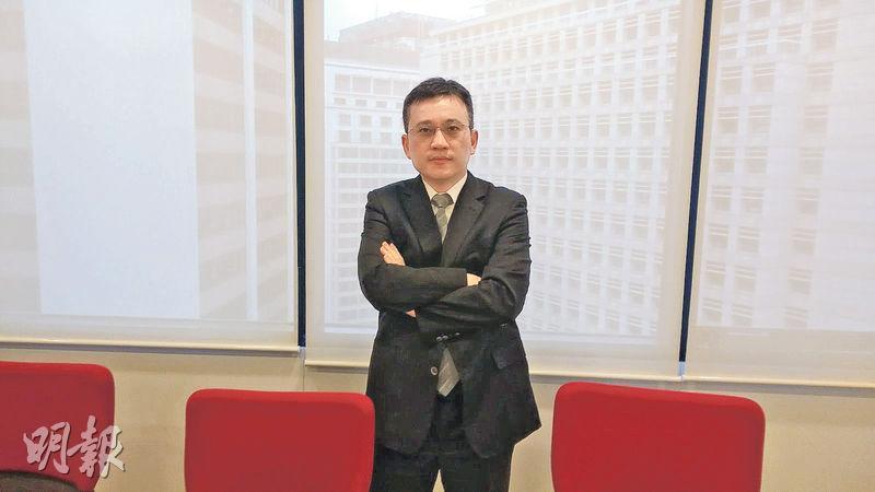 東亞銀行鄧世安預料,來自內地或美國的跨境資金流向,將成為主宰本港今年樓市表現的最大變數。(葉創成攝)