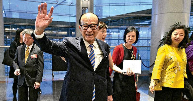 長和系主席李嘉誠(圖)昨晚出席集團周年晚宴前表示,如果細價樓供應多,有朝一日出現過剩「都唔出奇」。(鍾林枝攝)