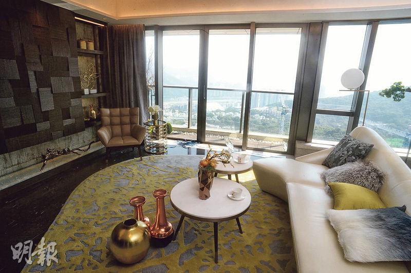 連裝修現樓示範單位設於2座8樓A室,實用面積1761方呎,客廳除了梳化及茶几等基本家俬外,亦有不少特色擺設。