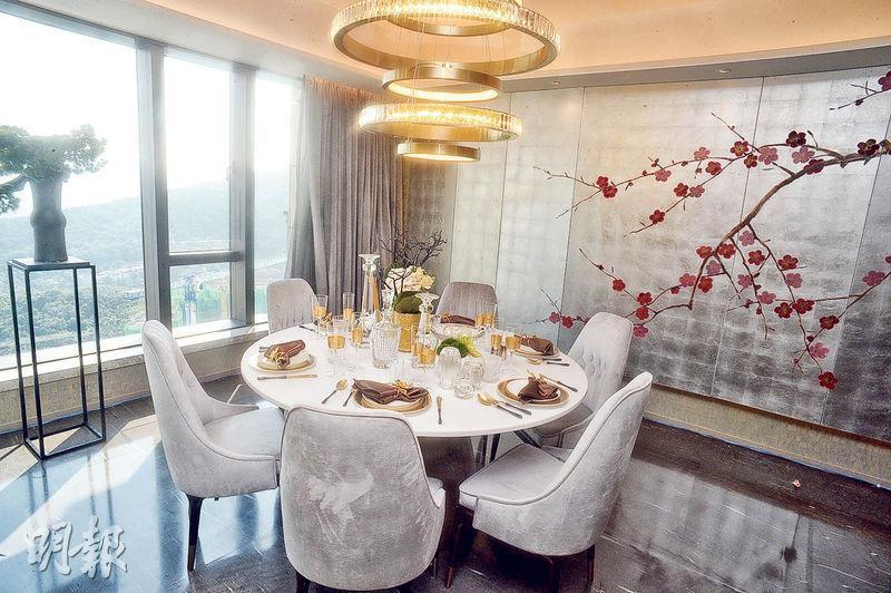 飯廳擺放六人飯桌,配以不同大自然主題的物料,包括梅花圖案牆畫。