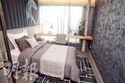 另一間睡房牆身配以簡單線條勾勒馬匹花紋,與樓盤的景觀互相呼應。