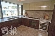 廚房空間寬敞,提供不少儲物空間,家電配套齊全,包括煤氣煮食爐、紅酒櫃等。