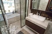 浴室淋浴間及浴缸兼備,並大量採用玻璃門窗。