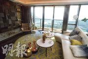 連裝修現樓示位為2座8樓A室,客廳以深棕色為主調,配搭米白色及啞金色點綴。(攝影 劉焌陶)