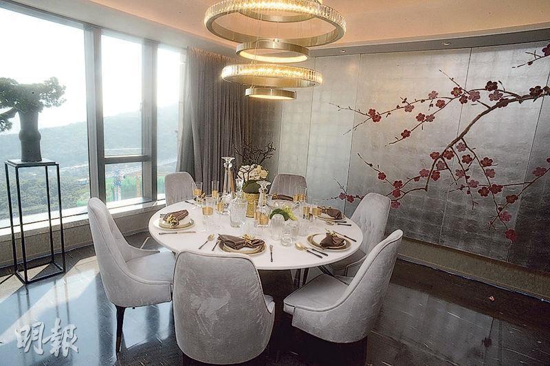飯廳擺放六人飯桌,配以不同大自然主題的物料,包括梅花圖案牆畫。(攝影 劉焌陶)