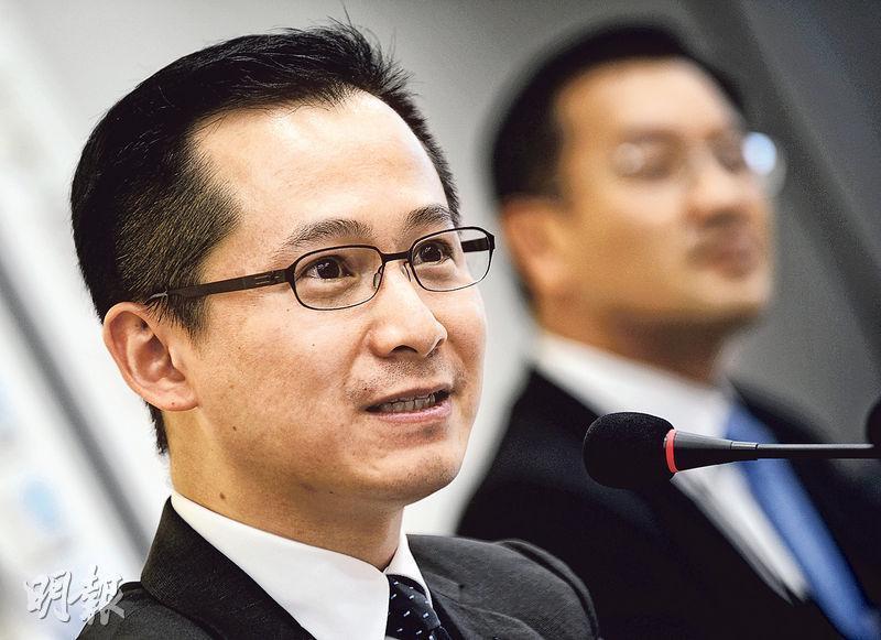 胡文新(左)