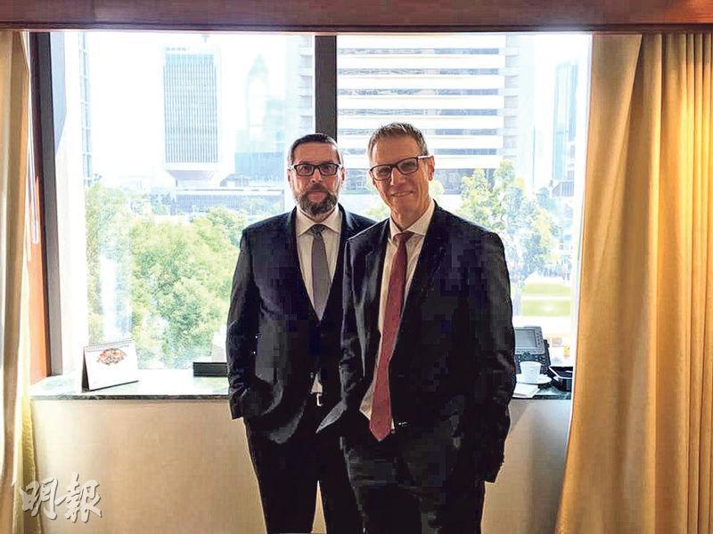 德國商業銀行信貸及利息研究部主管Christoph Rieger(右)對歐洲債市短期感樂觀,因投資者對德國對歐盟態度轉變感到正面,以及自馬克龍當選法國總統後,法德兩國債息差已持續收窄。旁為德國商業銀行外匯策略主管Ulrich Leuchtmann。(王俊騏攝)