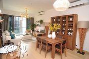 嘉里發展的屯門滿名山開放現樓示範單位,為名庭1座5樓A室,實用面積1377方呎,單是客飯廳面積已超過320方呎。(劉焌陶攝)