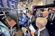 受美國總統特朗普計劃向進口鋼材及鋁徵收重關稅,或掀全球貿易戰,道指曾挫逾391點,其後跌幅收窄。圖為紐交所一角。(路透社)