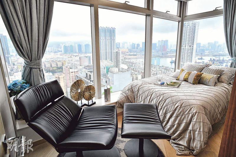 25樓A室2房示範單位,主人房設轉角窗可飽覽啟德發展區以及郵輪碼頭景觀。(攝影 蘇智鑫)