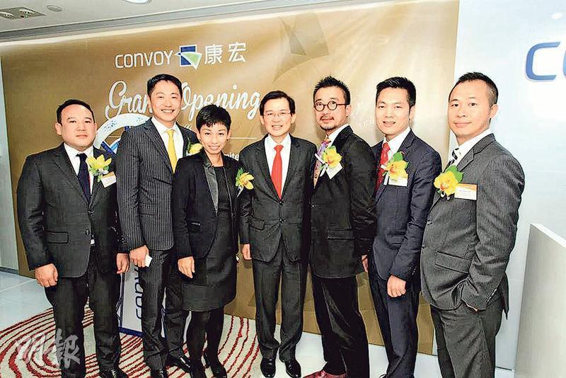 康宏資本2015年舉行開業典禮,多名時任康宏環球高層如王利民(右三)、麥光耀(右二),以及「謎網股」核心曹貴子(中)均有出席。(資料圖片)