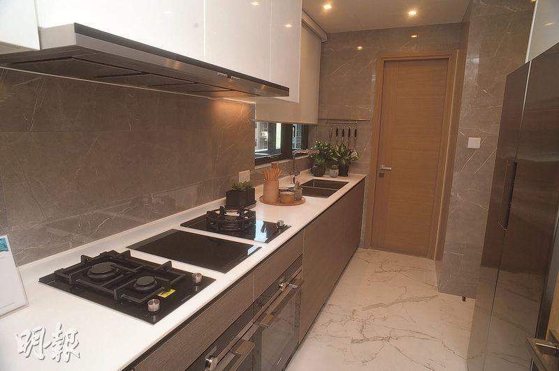 廚房採用梗牆設計,配備多項家電。(攝影 劉焌陶、楊柏賢)