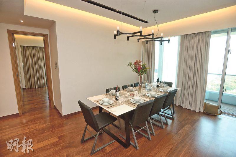 12樓A室4房雙套單位飯廳空間寬敞,外連39方呎露台,充分引入天然光線。(攝影 楊柏賢)