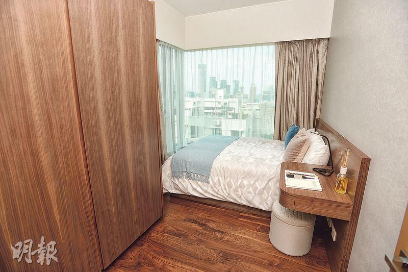 睡房設曲尺玻璃大窗,可眺望市區景致。(攝影 楊柏賢)