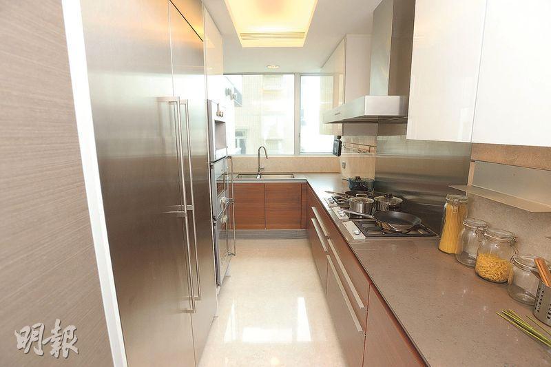 廚房設有L形工作枱,配備名牌家電。(攝影 楊柏賢)