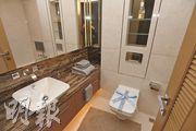 浴室牆身以雲石鋪砌,配備Duravit潔具,盡顯品味。(攝影 楊柏賢)