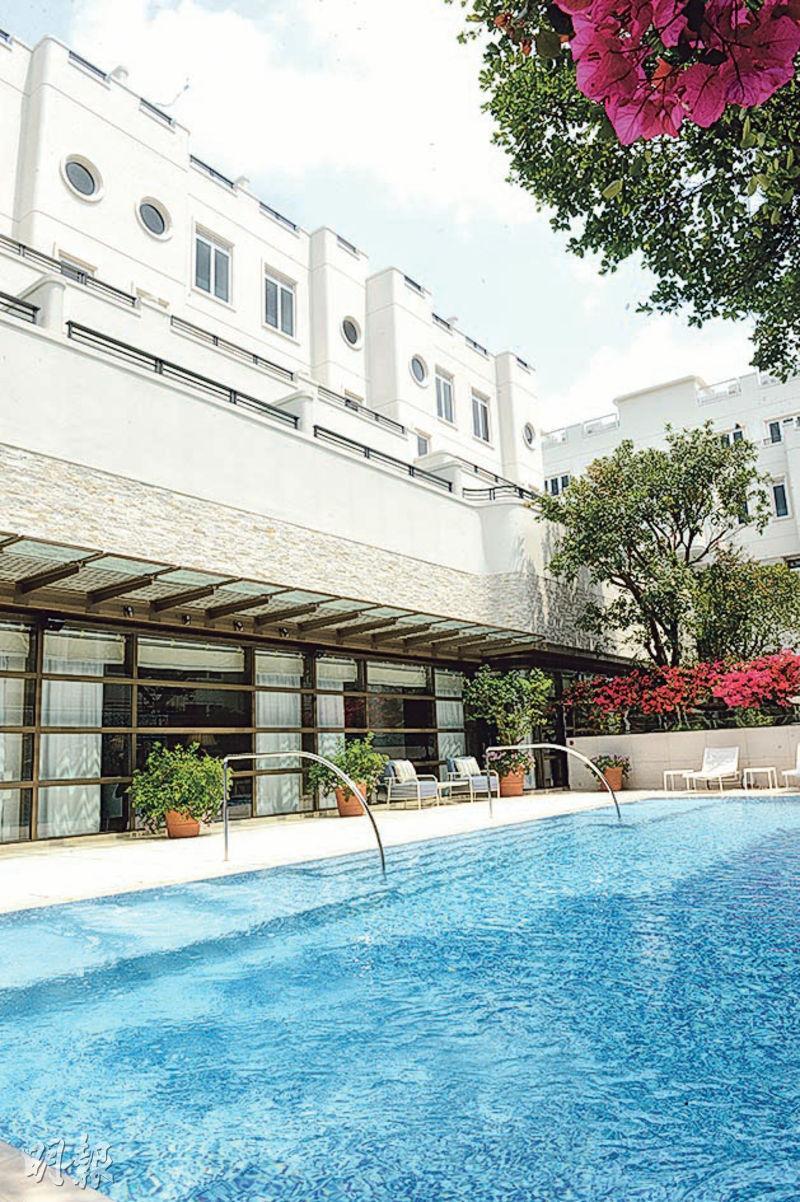 澐瀚住客會所設有泳池,泳池旁邊亦被園林包圍,栽種來自歐洲、美洲的花種。(劉焌陶攝)